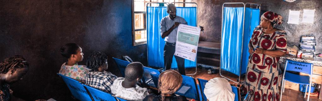 Pour la première fois Solthis a été sélectionnée pour bénéficier d'une convention programme de l'AFD d'une durée de 3 ans (2019-2022), visant à financer un ensemble d'actions de terrain et transversales incluant la capitalisation, le plaidoyer, la communication et le suivi-évaluation au service de la lutte contre le VIH/sida en Afrique. Cette Convention Programme couvre des interventions plus spécifiquement au Mali, au Sénégal et en Sierra Leone, mais a aussi vocation à renforcer les capacités des équipes de Solthis dans leur intégralité. Elle repose sur la conjonction de 3 financements : le financement de l'AFD qui vient s'ajouter au financement d'Unitaid pour le projet ATLAS – Autotest VIH, Libre d'Accéder à la Connaissance de son statut- et à la subvention de la Mairie de Paris pour la phase 2 du Projet d'Empowerment des usagers pour une prise en charge du VIH de qualité en Sierra Leone. Solthis se réjouit de cette opportunité de pouvoir associer 3 bailleurs complémentaires pour créer des synergies et un effet de levier dans la mise en œuvre de projets innovants ayant vocation ensuite à déclencher un changement à grande échelle comme ATLAS, tout en poursuivant son travail de capitalisation et de renforcement de ses capacités internes sur quatre thématiques essentielles pour répondre de manière adaptée et pérenne aux besoins en santé des populations les plus vulnérables : - La promotion de la santé et l'empowerment des usager.e.s - L'offre de services - Le renforcement des relations partenariales et des organisations de la société civile - La stratégie de transition et le passage à l'échelle des interventions menées 200.000 personnes devraient se voir proposer un autotest de dépistage du VIH/sida au Sénégal et au Mali, dans le cadre du projet ATLAS. 8000 patients de la file active en Sierra Leone bénéficieront d'une offre de soins de meilleure qualité à l'issue du projet, qui appuiera aussi les équipes soignantes des 20 centres de santé ciblés en Sierra Leone dans