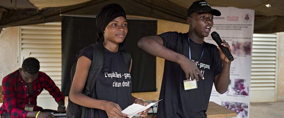 Deux jeunes pair-éducateurs.rices qui s'adressent à un public